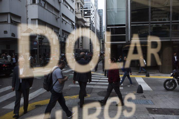 Con el dólar en baja y el Merval en verde, cae el riesgo país