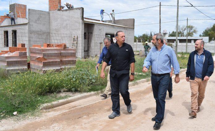 El ministro Berni junto al intendente de Laprida, Pablo Torres. (Facebook)