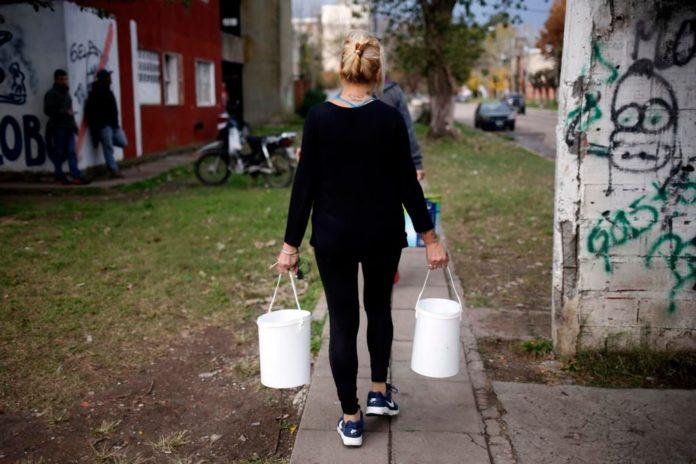 """Hay problemas con el suministro de agua en La Plata y exigen solución """"urgente"""""""