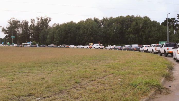 La fila de autos en el acceso a la ciudad de Pinamar.