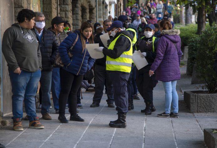 Las filas para ingresar ayer a los bancos fueron caóticas en todo el país. (Télam)