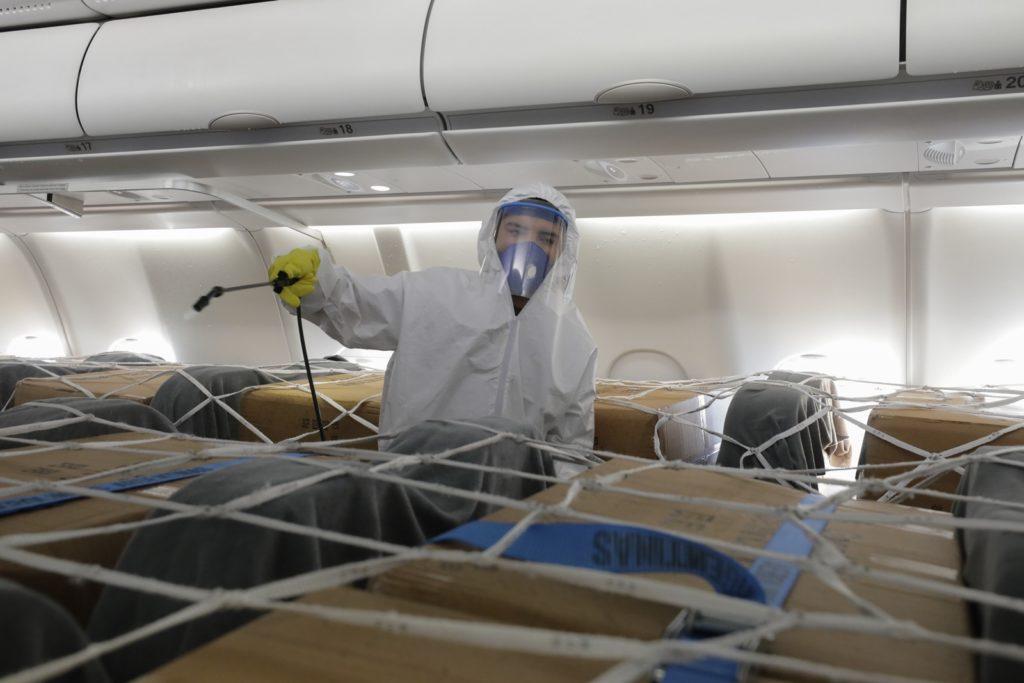 Los asientos del avión preparados para cargar insumos. (Aerolíneas Argentinas)