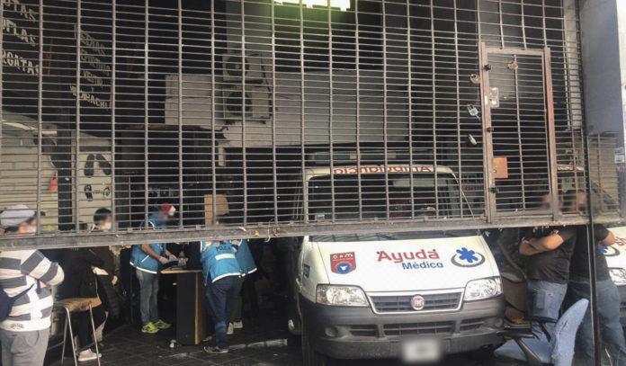 La ambulancia secuestrada en el negocio del barrio de Once. (Télam)