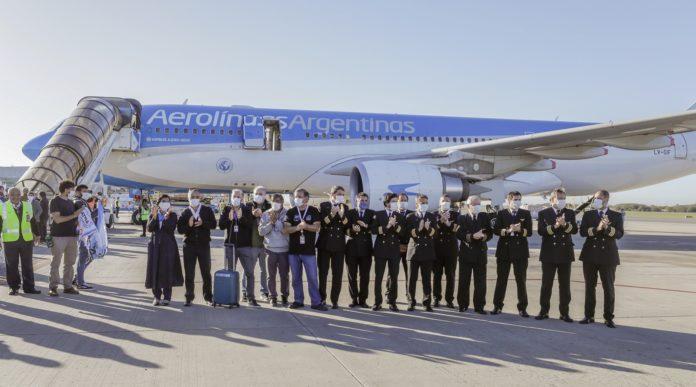 La tripulación frente al avión tras el vuelo de ida y vuelta a China. (Aerolíneas Argentinas)