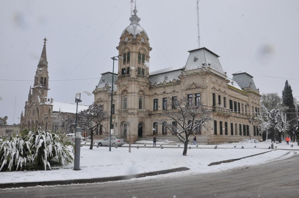 El Palacio Municipal bajo la nieve. (Gonzalo Re)