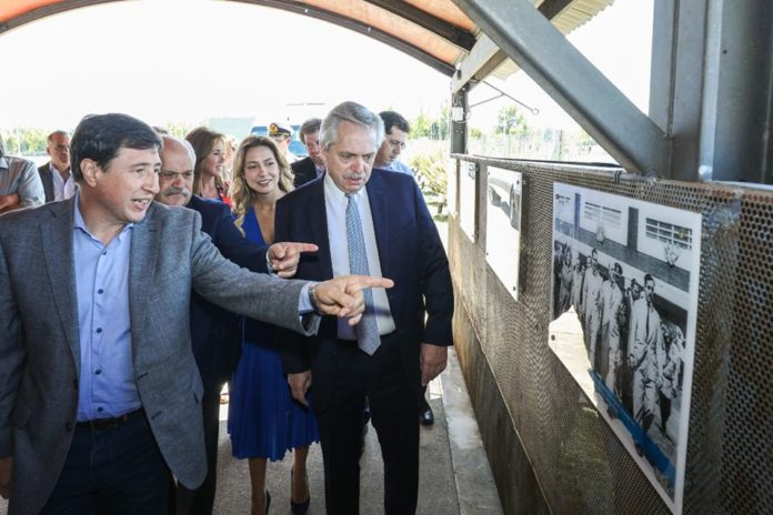 El presidente Alberto Fernández junto al ministro Daniel Arroyo