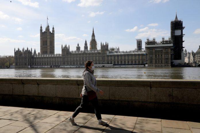 Estiman que el Reino Unido, que ya tiene 7.000 muertos por Covid-19, debe pasar un mes más en aislamiento.