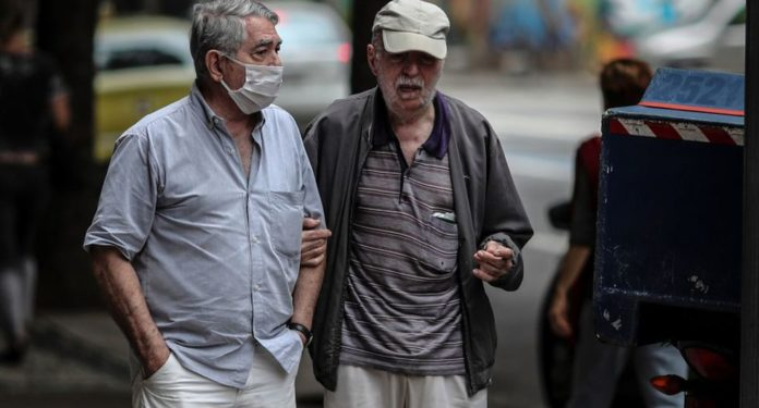 Polémico permiso para mayores de 70 en la Ciudad