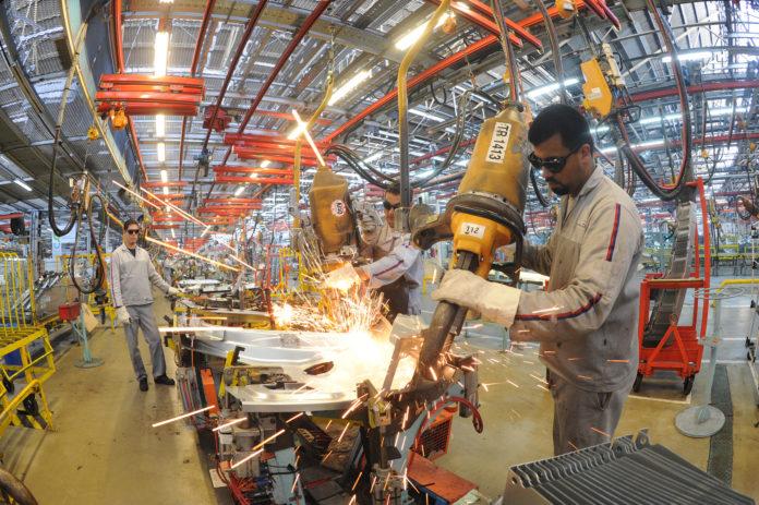 En febrero, la industria bajó 0,8% y la construcción se derrumbó 22,1%