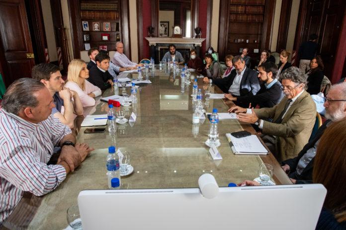 Comercio, profesionales y oficios: las ideas para flexibilizar que analiza Kicillof