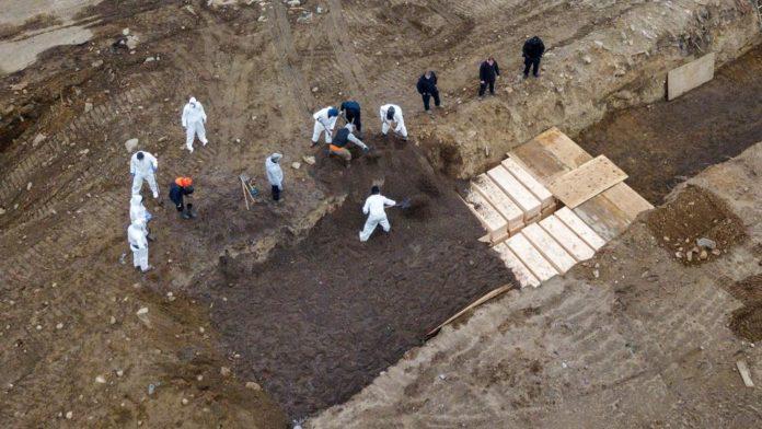 Las imágenes de las tumbas colectivas en Nueva York que conmocionan al mundo