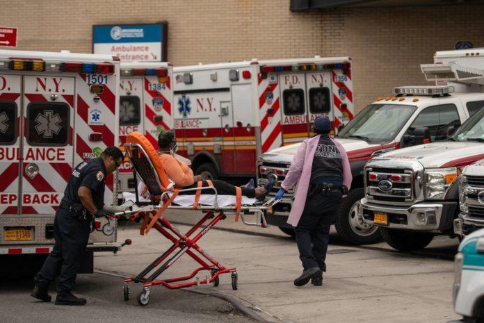 Los hospitales de Nueva York continúan trabajando a destajo. (The New York Times)