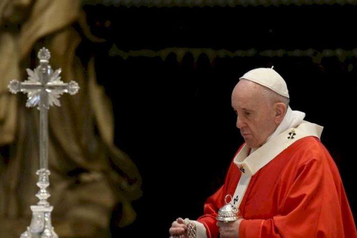 El Papa encabeza la celebración del Via Crucis en un Vaticano vacío.