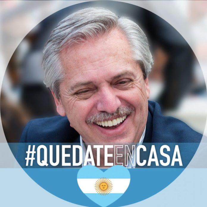 """¿Una señal? Fernández pidió utilizar un marco con el hash """"#QuedateenCasa"""" en Facebook"""