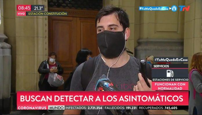 Uno de los voluntarios que se realizó el testeo habla con la prensa.