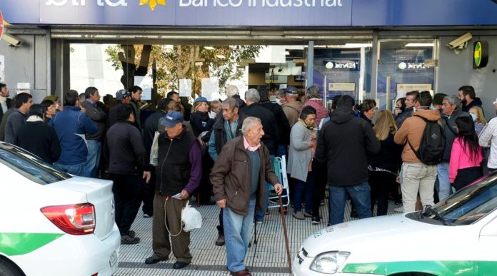Ayer hubo largas filas de jubilados y beneficiarios de planes del Anses frente a los bancos.