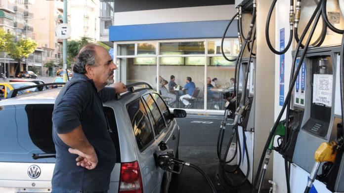 La caída del precio del petróleo no se reflejará en los surtidores.