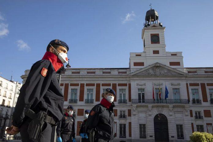 Agentes de la Guardia Real con barbijo en la Puerta del Sol de Madrid.