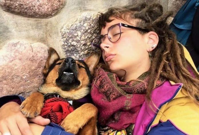 Tuvo que dejar a su perra cuando la repatriaron y ahora se reencontraron