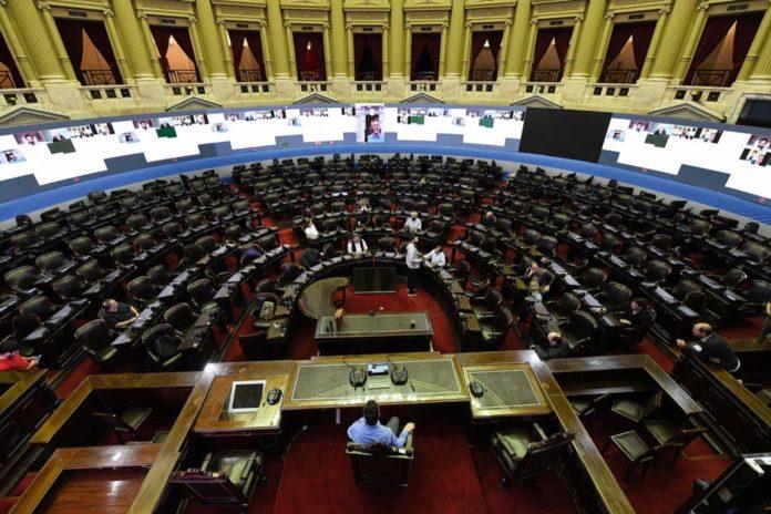 En la Cámara baja fue instalado un inmenso videowall para la sesión virtual. (Prensa HCDN)