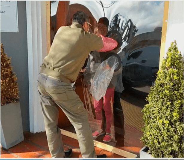 Emocionante: instalaron un dispositivo para que abuelas abracen a sus familiares