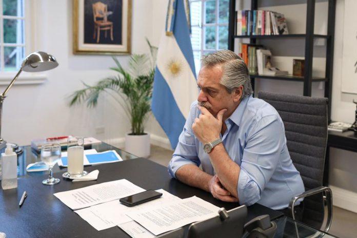 Fernández recibió a epidemiólogos y saludó a docentes