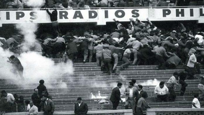 Gases lacrimógenos y estampidas en las tribunas del Estadio Nacional de Lima. (Archivo)