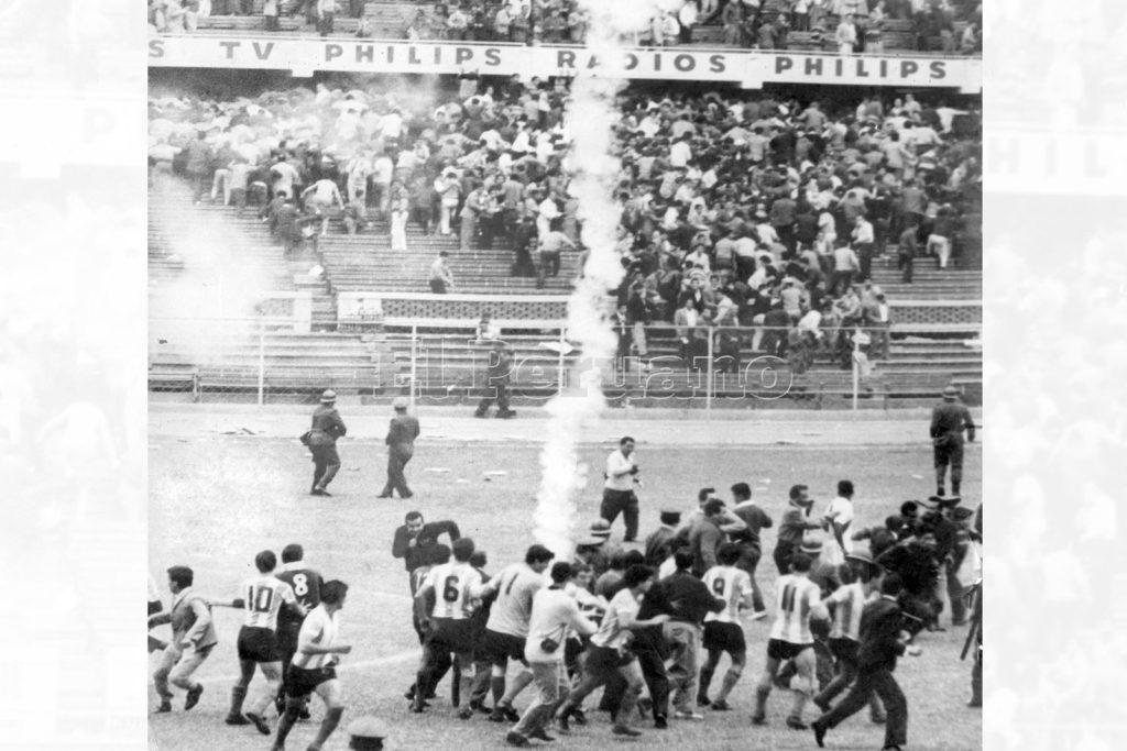 Jugadores argentinos y peruanos en la cancha, en medio de una lluvia de gases lacrimógenos.