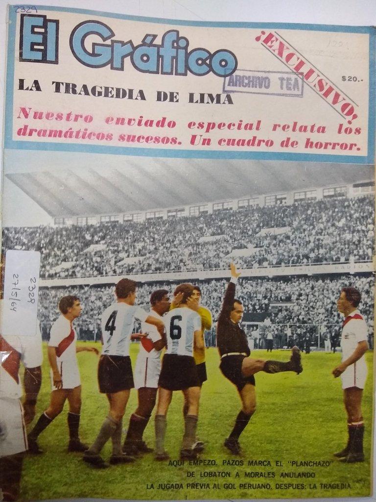 """El árbitro uruguayo Ángel Eduardo Pazos indica a los jugadores la plancha de Víctor """"Kilo"""" Lobatón."""