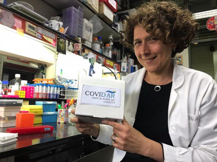 La científica Andrea Gamarnik con el nuevo test nacional