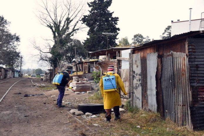 En el marco del plan de prevención operarios desinfectan en la vía pública. (Municipalidad de La Plata)