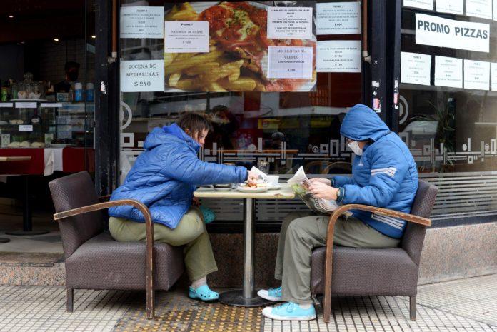 """Cómo fue la vuelta de los cafés porteños tras más de 5 meses con las """"sillas dadas vueltas"""""""