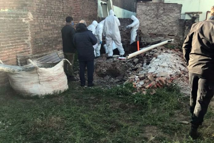Peritos trabajan para extraer el cuerpo de Rosa Inés Fernández. (La Verdad)