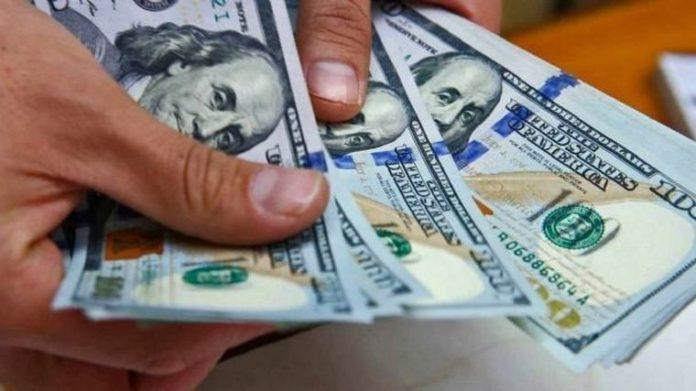 """En un mercado """"planchado"""" el dólar """"blue"""" bajó a $141"""