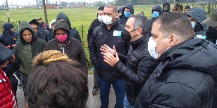 El ministro de Desarrollo de la Comunidad, Andrés Larroque en la toma de tierras