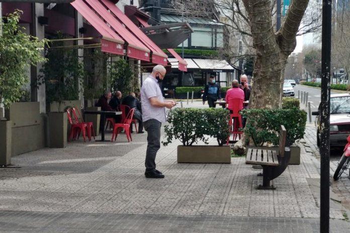 """Algunos establecimientos se habían """"adelantado"""" y días atrás ya comenzaron a sacar mesas a la vereda. (DIB)"""