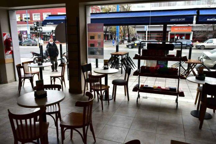 Bares y restaurantes atenderán al público en mesas en la vereda como protesta por no poder reabrir. (La Capital)