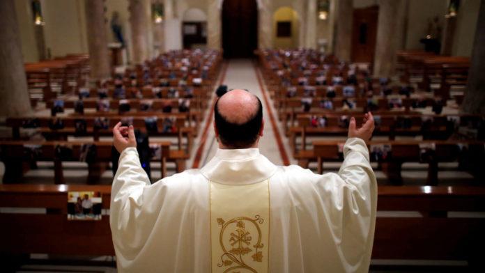 El Vaticano asegura que la misa seguida por TV o Internet no equivale a asistir a un templo. (Archivo)