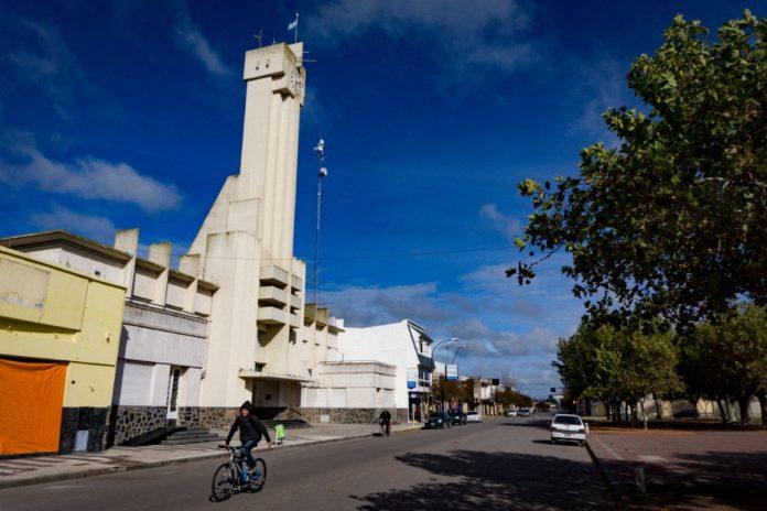 El edificio de la municipalidad de Laprida se destaca frente a la plaza Pedro Pereyra. (DIB - Marcelo Metayer)