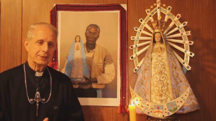 El arzobispo de Buenos Aires, Mario Poli, anuncia el cambio de la modalidad de la celebración. (Facebook)