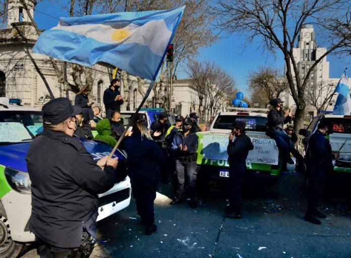 Efectivos de la Policía bonaerense apostados en Lomas de Zamora. (Télam)