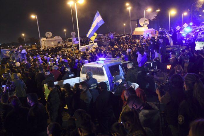 Los policías pasaron su tercera noche concentrados en Puente 12. (Télam)