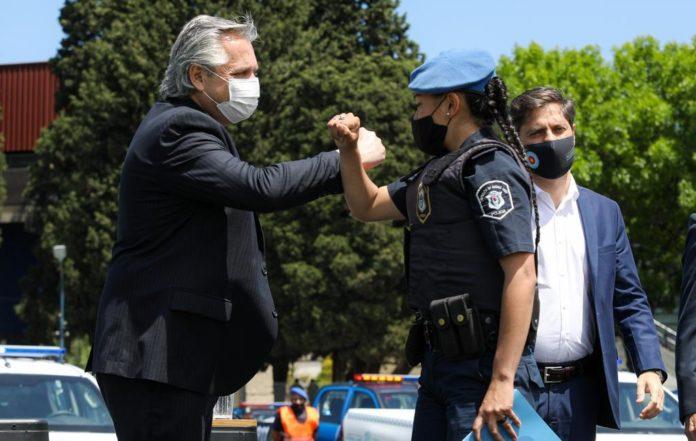Fernández saluda en Lomas de Zamora a una oficial de Policía. (Presidencia)