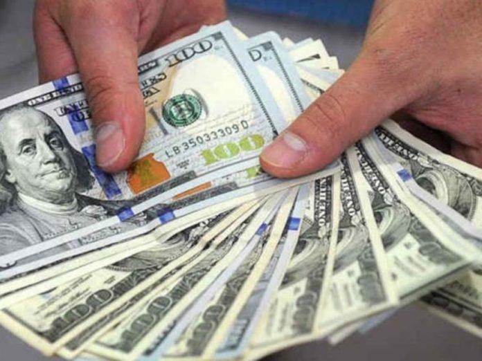 """El dólar """"blue"""" bajó otra vez, pero la brecha aún es del 85%"""