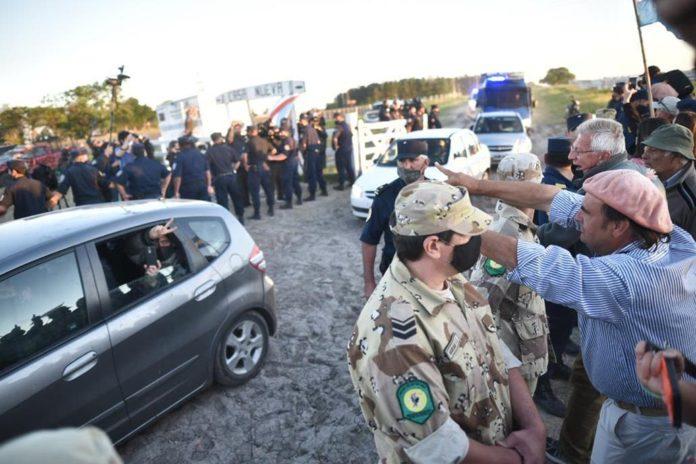 Militantes dejaron el campo de Etchevehere pero a Dolores debió sacarla la policía
