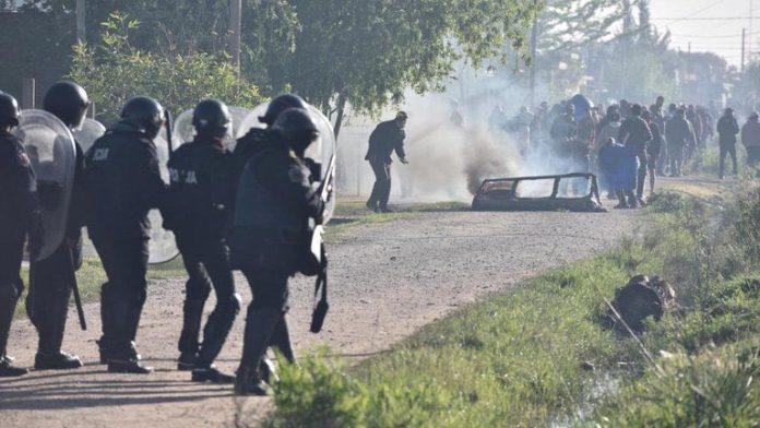 Grupos de izquierda se cruzaron con la Policía bonaerense tras el desalojo en Guernica. (Twitter)