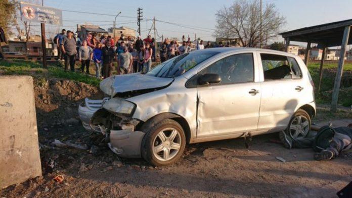 Los vehículos involucrados en la carrera ilegal quedaron destrozados. (Twitter)