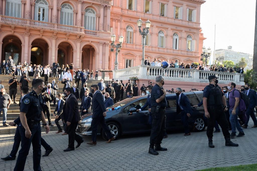 Miles de personas acompañan a Maradona en su último viaje