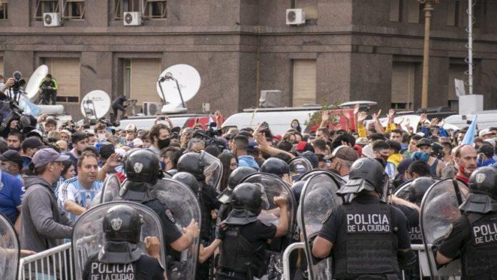 Se registraron incidentes entre hinchas y policías en la despedida de Maradona