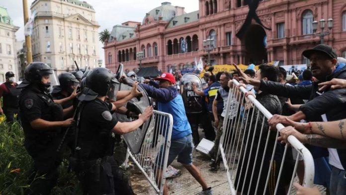 Incidentes en el velatorio de Maradona: hinchas coparon la Rosada y hubo que retirar el féretro